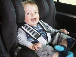Les parents s'assoient sur la sécurité du siège auto