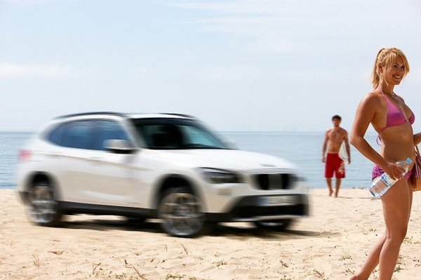 BMW X1 : maintenant, il tease en charmante compagnie