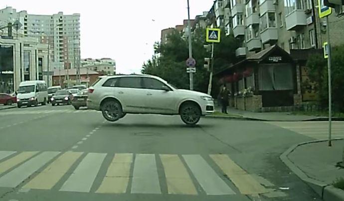 Il saute une intersection avec son Audi Q7