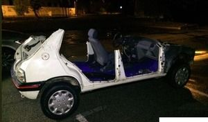 La police arrête sur la routeune Peugeot 205 complètement désossée