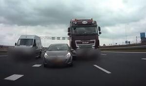 Une Opel Corsa poussée par un camion sur l'autoroute