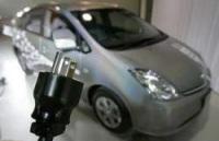 Toyota : un hybride se rechargeant sur une prise de courant domestique