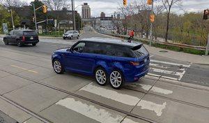Un Range Rover équipé de six roues et six portes grâce à Google Street View