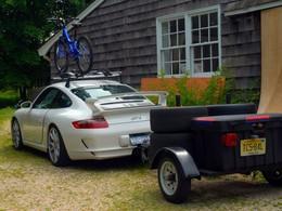 Scène normale : il tracte sa remorque en Porsche 911 GT3 avec son vélo sur le toit
