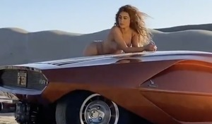 Kim Kardashian en shooting avec une Lancia Stratos HF Zero