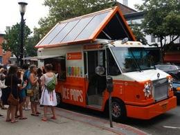 Un camion de glace solaire fait la promotion des énergies renouvelables