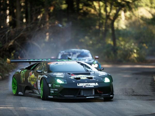 Une Lamborghini Murcielago affronte une Ford Mustang dans une superbe bataille de drift