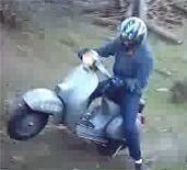 Vidéo moto : faire du cross avec une Vespa