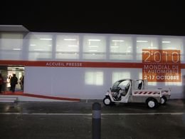 En direct du Mondial de Paris : à 6h55, des GEM électriques s'affichent devant la salle presse
