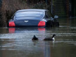 Un gagnant au loto plonge sa Bentley dans l'eau