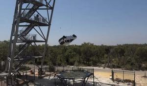 Ils larguent une Opel Corsa sur un trampoline
