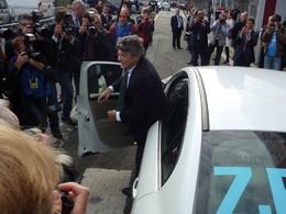Mondial de Paris 2010 Live : Nicolas Sarkozy en visite, Jean-Louis Borloo arrive au volant d'une Renault Fluence électrique