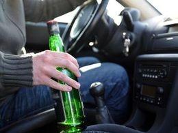 Ivre au volant sur l'autoroute à 190 km/h, une bouteille d'alcool à la main