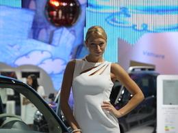 Mondial de l'Auto 2010 : les hôtesses sexy laissent la place aux jolies commerciales