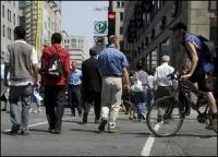 Montréal : des milliers d'autocollants pour que les automobilistes marchent et délaissent leur voiture !
