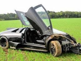 Une Lamborghini Murcielago LP670-4 SuperVeloce détruite par deux mécaniciens après une vidange
