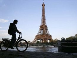 Paris : le trafic auto baisse au profit du vélo