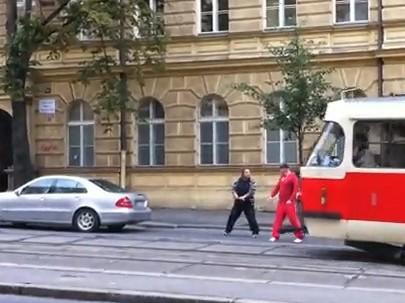 [Vidéo] Duel hallucinant dans Prague, ils se battent à l'épée