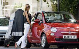 Le Top Model Elle MacPherson craque pour la Fiat 500C