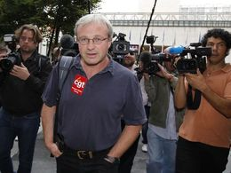 Les syndicalistes de PSA et Renault s'unissent à Flins