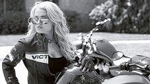 Actualité - Moto § Sexy: Victory interprète la belle et la bête avec Playboy
