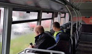 La police se sert des bus à double étage pour repérer les téléphones au volant