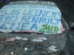 Mondial de Paris 2010 : la Renault Latitude prise d'assaut par la CGT, recouverte de farine