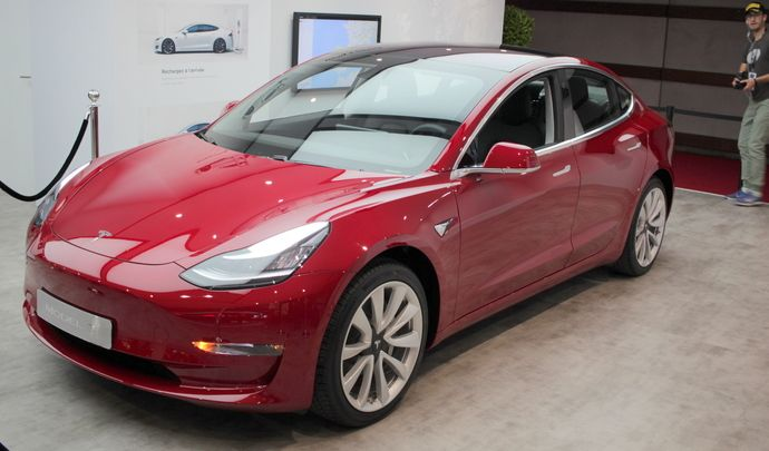 Tesla Model 3 : for me-formidable - Vidéo en direct du Mondial de Paris 2018