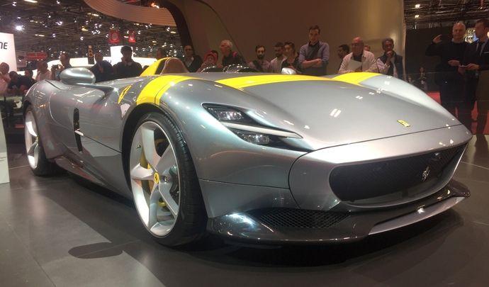 Ferrari Monza SP1 & SP2: à l'ancienne - Vidéo en direct du Mondial de Paris 2018