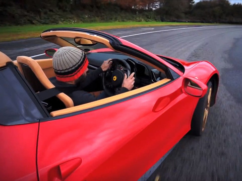 Chris Harris violente une Ferrari 458 Spider