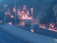 Un camion-citerne avec 34 000 litres d'essence heurte une pile de pont et explose [Vidéos]