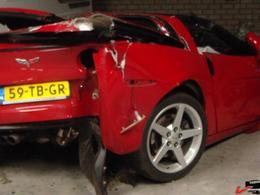 Il amène sa Corvette au garage pour une réparation de toit, le concessionnaire la détruit totalement