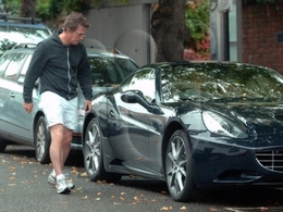 Pour ses 50 ans, Hugh Grant s'offre une Ferrari California