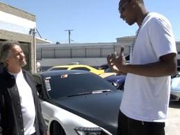 [Vidéo] Pas facile de s'installer au volant de sa BMW M6 quand on est un basketteur de plus de 2 mètres de haut