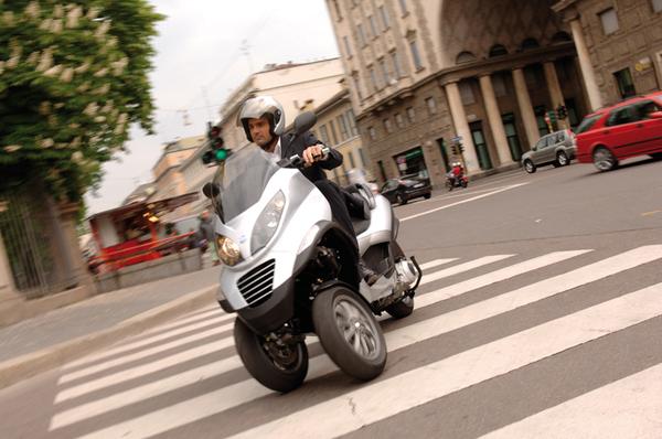 Piaggio MP3 : à mi chemin entre la voiture et le scooter