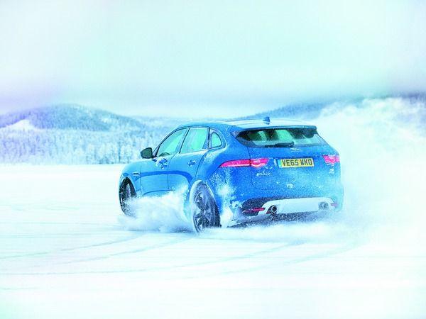 Jose Mourinho essaye le Jaguar F-Pace sur la glace