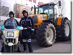 Gag : découvrir Paris en tracteur