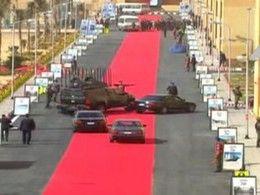 Un tapis rouge de 4 kilomètres pour le cortège présidentiel automobile égyptien qui fait tache