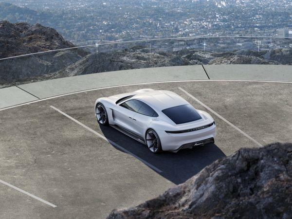 La Porsche Mission-e de série se précise