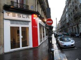 Reportage électrique : la nouvelle concession Tesla à Paris avec le Roadster Sport 2.5 en vedette