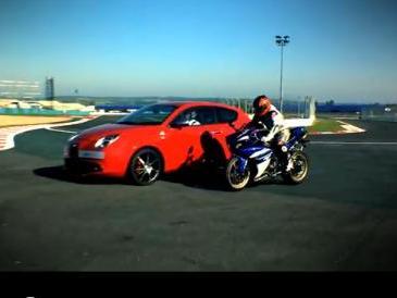 Une Alfa Romeo MiTo et une Yamaha YZF-R1 se rencontrent à Magny Cours