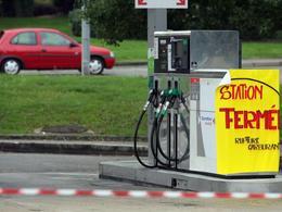 """Grèves : 4 000 stations-service en attente d'approvisionnement, """"un retour à la normale dans 4 à 5 jours"""" selon Fillon"""