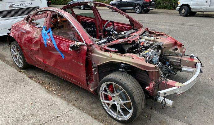 Une Tesla Model 3 totalement détruite encore fonctionnelle