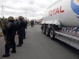 Grèves : Sarkozy ordonne le déblocage des dépôts de carburant à la veille des vacances de la Toussaint