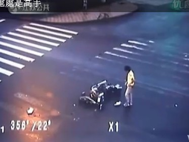 [Vidéo] Un samouraï ne craint pas l'accident de la circulation