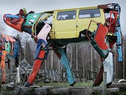 Des pièces de voitures recyclées dans des sculptures en forme de vaches