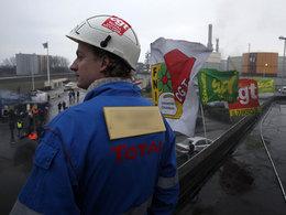 Grèves : le gouvernement fait le coup de poing pour ravitailler les stations-service avant les départs de la Toussaint