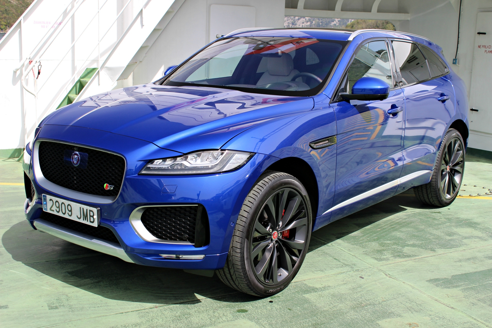 photos jaguar f pace. Black Bedroom Furniture Sets. Home Design Ideas